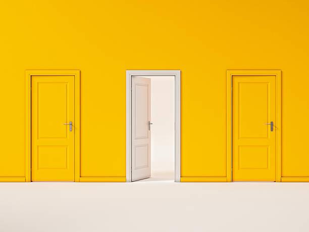 PORTE BLANCHE SUR mur jaune, Illustration d'affaires de l'hôtel - Photo