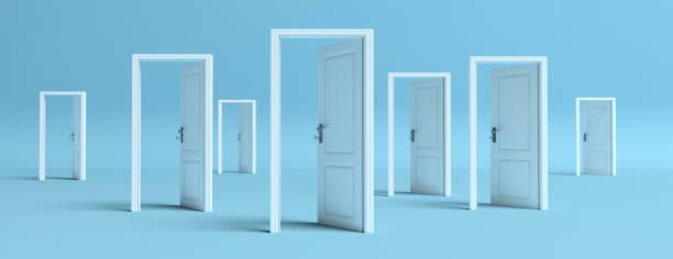 Weiße Türen öffneten sich auf blauem Hintergrund, Banner. 3d-Illustration – Foto
