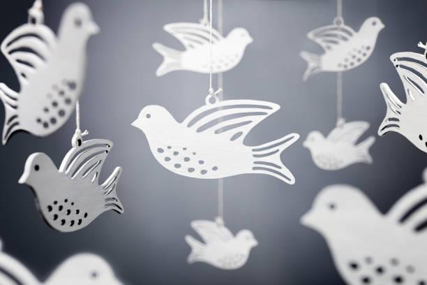 white dove symbol of peace - pena de pássaro algodão imagens e fotografias de stock