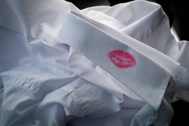 weißes kleid shirt mit lippenstift fleck auf dem kragen - liebesbeweis für ihn stock-fotos und bilder