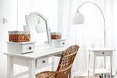 ホワイトのドレッシングテーブル、籐製の要素