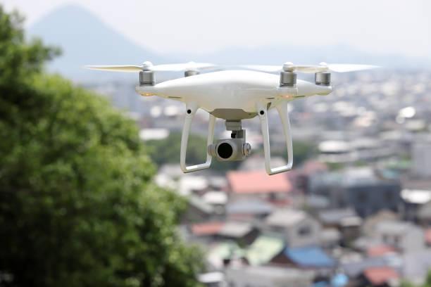 witte drone vliegt over de stad, stadslandschap - vanuit een drone gezien stockfoto's en -beelden