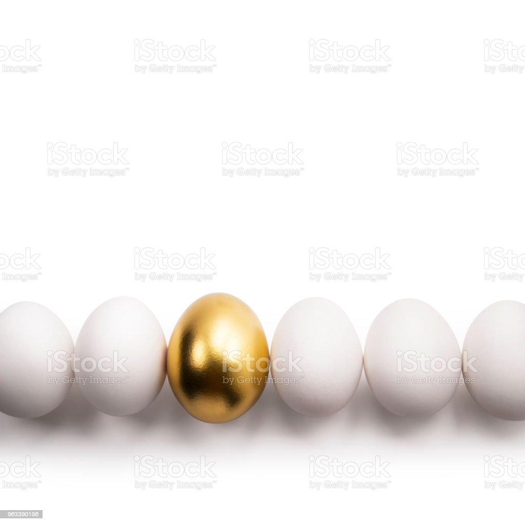 białe jaja i złote jajko - Zbiór zdjęć royalty-free (Błyszczący)