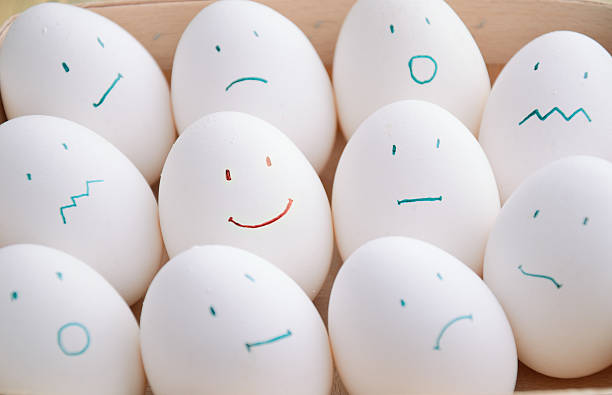 Weiße Eier mit verschiedenen Emotionen in Tablett horizontal – Foto