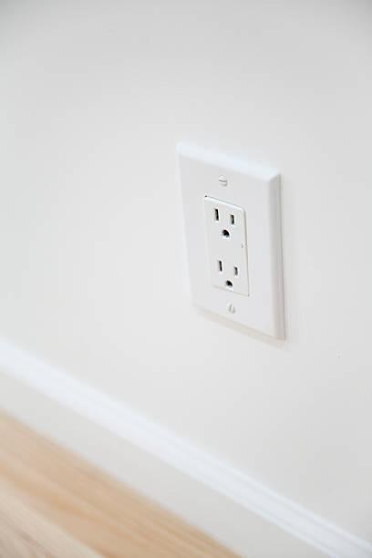 blanc prise électrique et plaque mur - prise électrique à trois fiches photos et images de collection