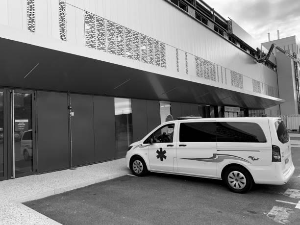 Blanc van d'urgence en dehors de l'hôpital Français - Photo