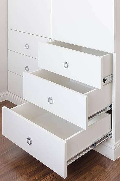 weiße leere schublade mit runder griff aus edelstahl - schubladenkommode weiß stock-fotos und bilder