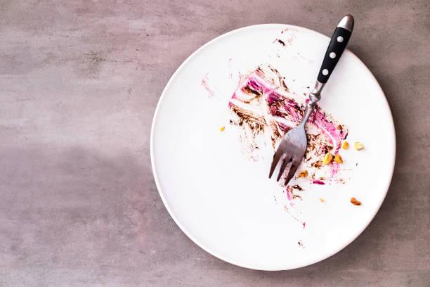 vit tom platta med kaka matrester - tallrik uppätet bildbanksfoton och bilder