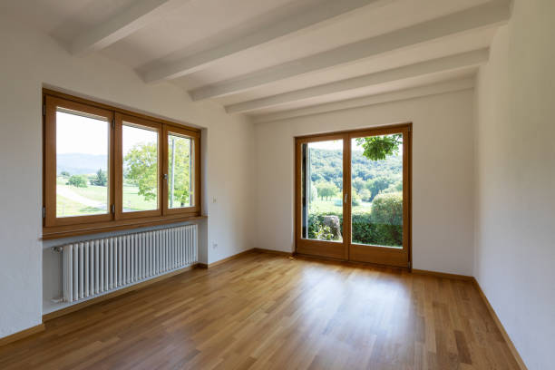 Weiße leere Zimmer mit Blick auf Natur – Foto