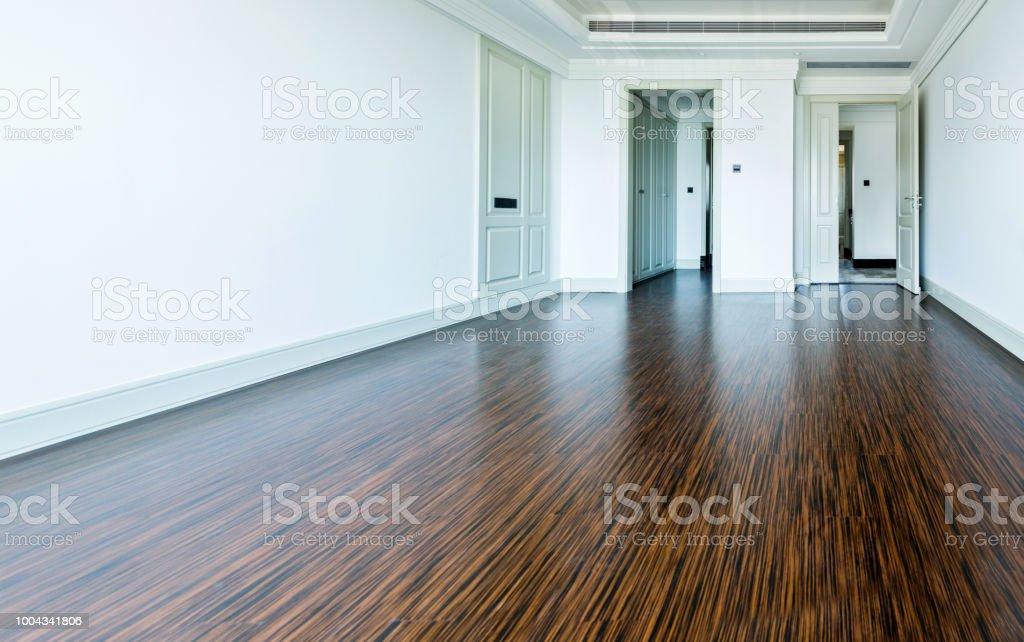 Witte lege ruimte met houten vloer en deur stockfoto en meer