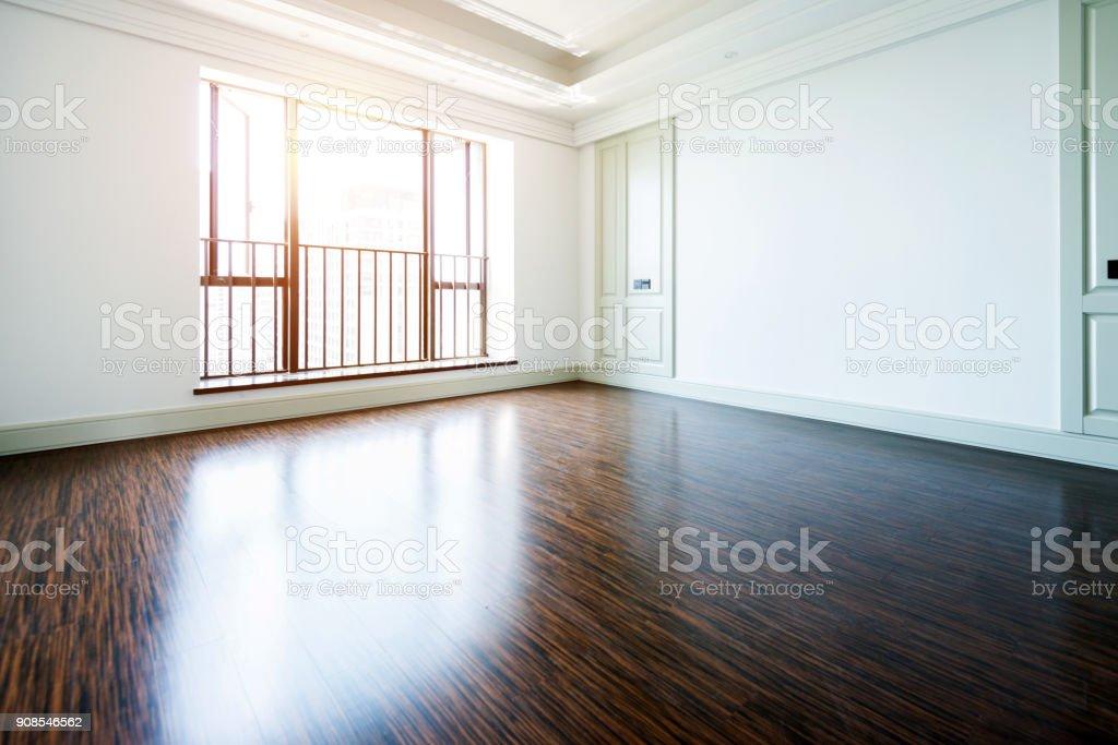 Weißen leeren Raum mit Holzboden und Fenster – Foto