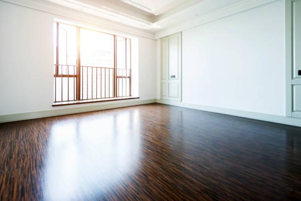 木製の床と窓と白い空の部屋 ストックフォト