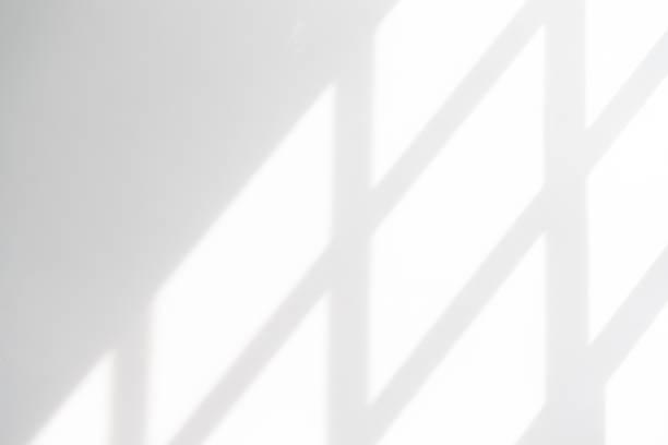 biała pusta ściana z cieniem okna - okno zdjęcia i obrazy z banku zdjęć