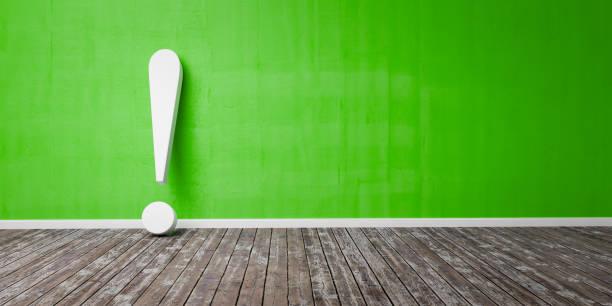 Weißes Ausrufezeichen auf Holzboden und Beton grün Wand 3D Illustration Warnkonzept – Foto