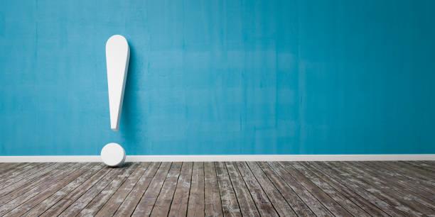 Weißes Ausrufezeichen auf Holzboden und Betonwand 3D Illustration Warnkonzept – Foto