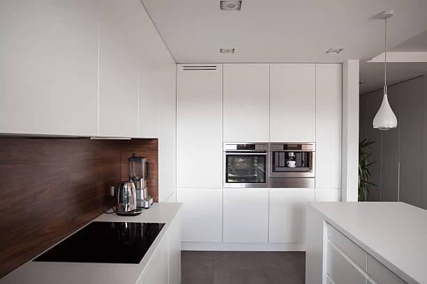 weiße exklusive küche - kochinsel stock-fotos und bilder