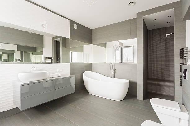 weiße exklusiven badezimmer - minimalbadezimmer stock-fotos und bilder