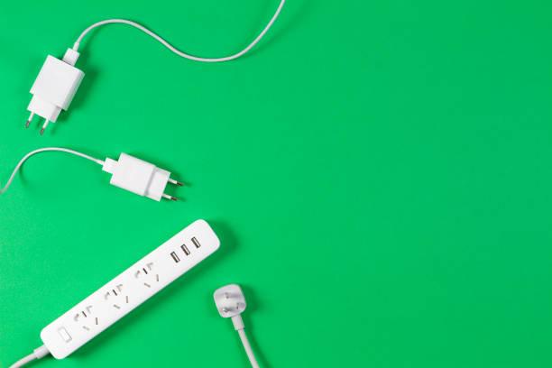 Weißes Verlängerungskabel und Kabel auf hellgrünem Hintergrund – Foto