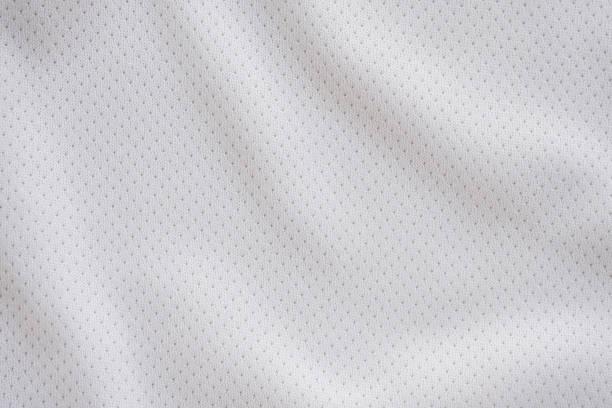 weiße gewebe-sportbekleidung fußball-trikot mit luftgewebe textur hintergrund - textilien stock-fotos und bilder