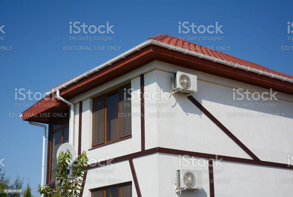 Weisse Fassade Haus Mit Rotem Lehm Fliesen Dach Kunststoff Dach