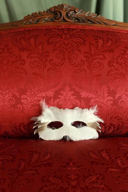masque de plume blanche sur rouge style victorien rembourré couch - damas en matière textile photos et images de collection