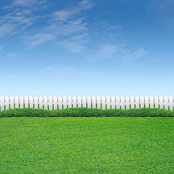 weißer zaun und grünem gras - lattenzaun garten stock-fotos und bilder