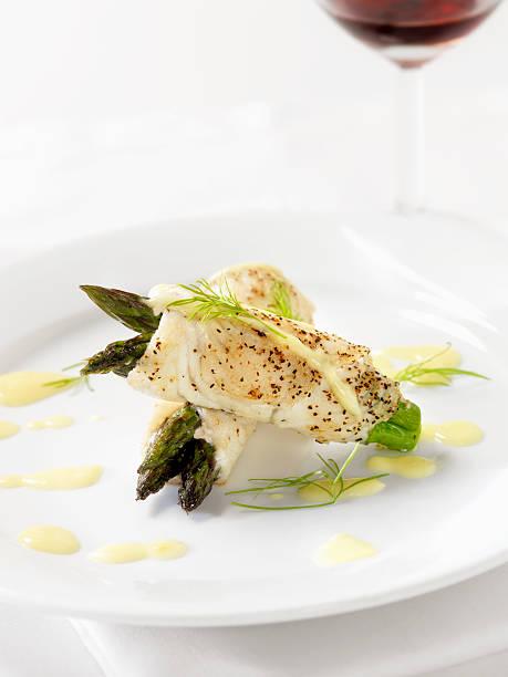 weißfisch mit spargel & sauce hollandaise - weinsoße stock-fotos und bilder