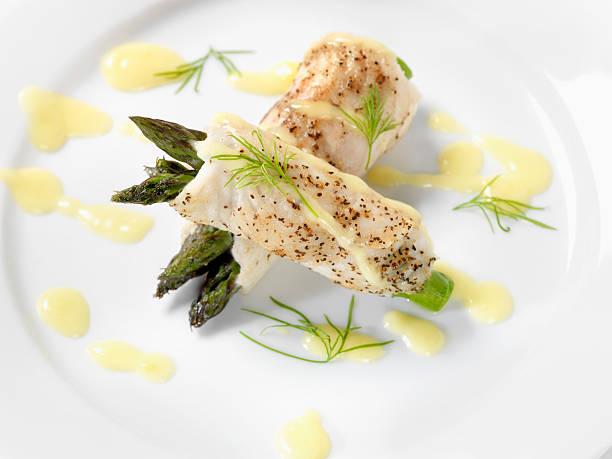 weißfisch mit spargel & sauce hollandaise - sauce hollandaise stock-fotos und bilder