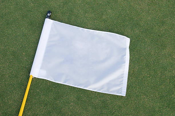 Drapeau blanc sur un putting green - Photo