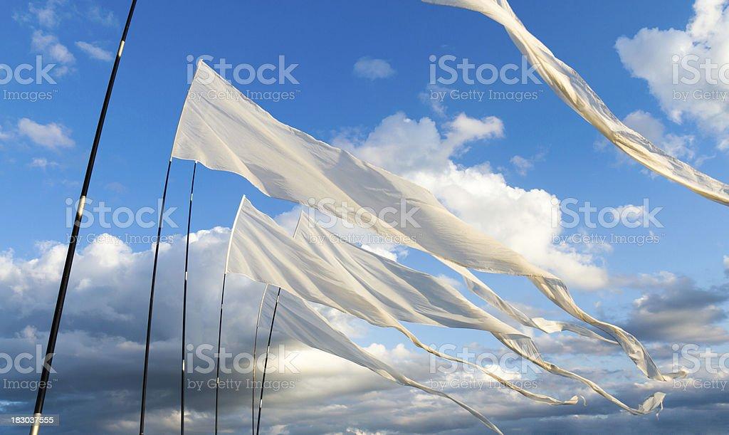 Banderas blanco contra el cielo nublado - foto de stock