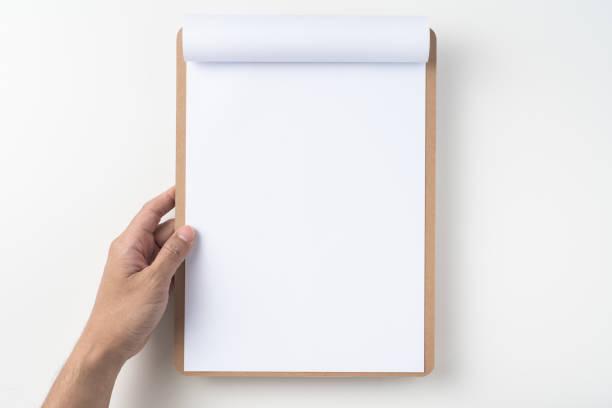 Weißes Flipttapier auf Zwischenablage isoliert auf weiß – Foto