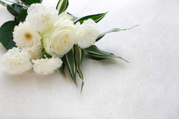 white flower arrangement - funerale foto e immagini stock