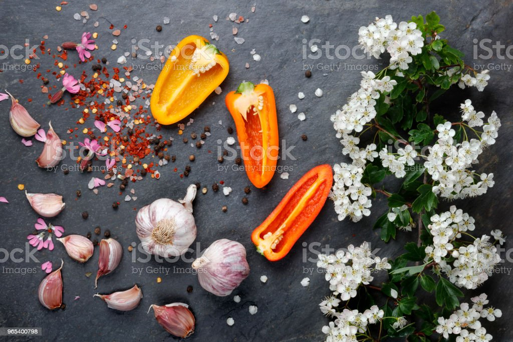 White  flower blossoms with pink garlic and Himalayan rock salt with colorful pepper and chilli zbiór zdjęć royalty-free