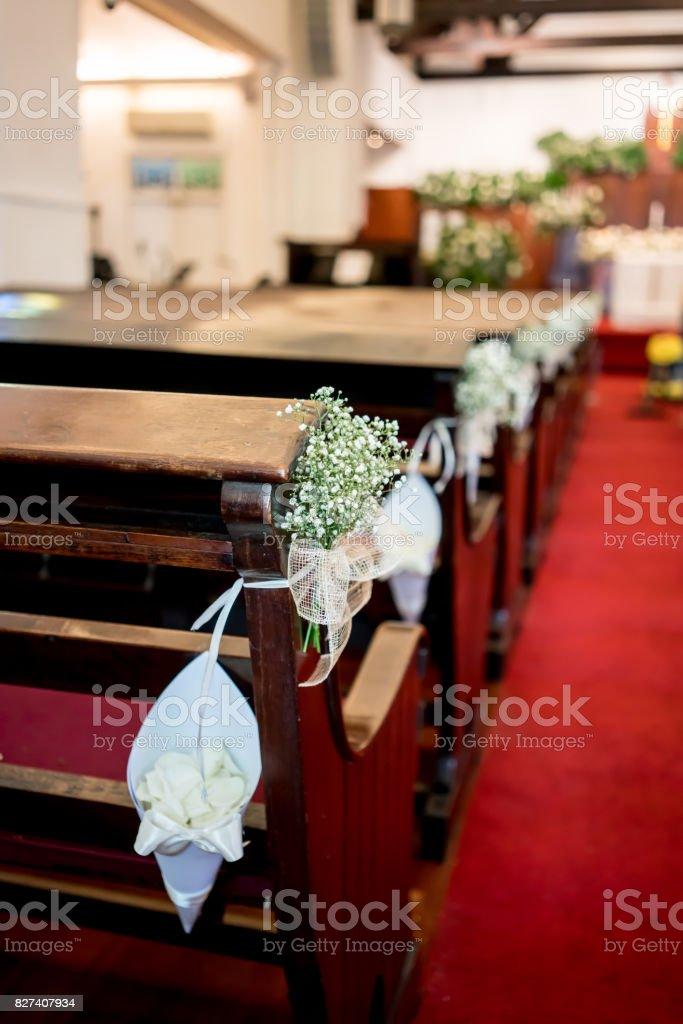 Weisse Blumendekoration Entlang Der Kirchenbank Auf Roten Teppich In