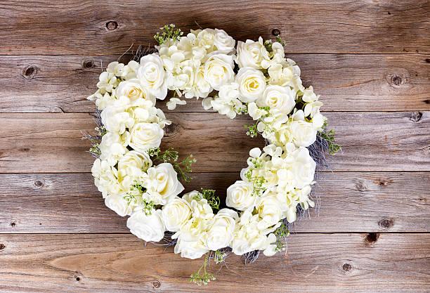 白い花のリースを作る素朴な木製 板 - リース ストックフォトと画像