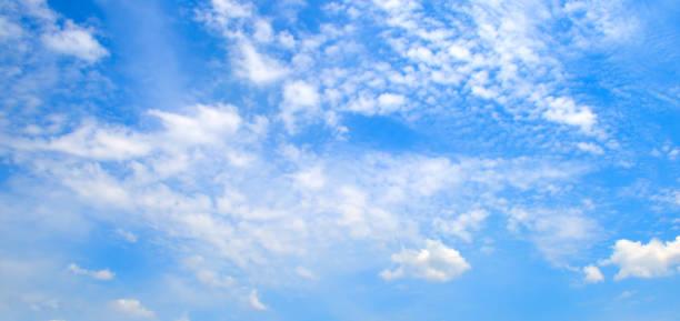 Weiße flauschige Wolken am blauen Himmel. – Foto