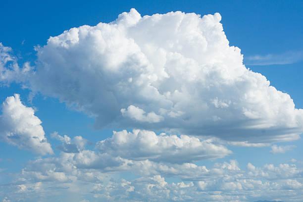 Weiße flauschige Wolken – Foto