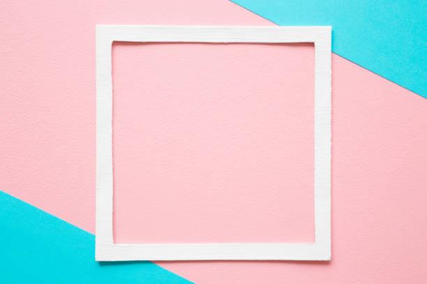 weißer rahmen auf pastell rosa und türkis blauem papierhintergrund. weiche helle farbe. grußkarte. mock-up für positive idee. leerer ort für inspirierende, emotional, sentimentale text, zitat oder sprüche. - rosa zitate stock-fotos und bilder