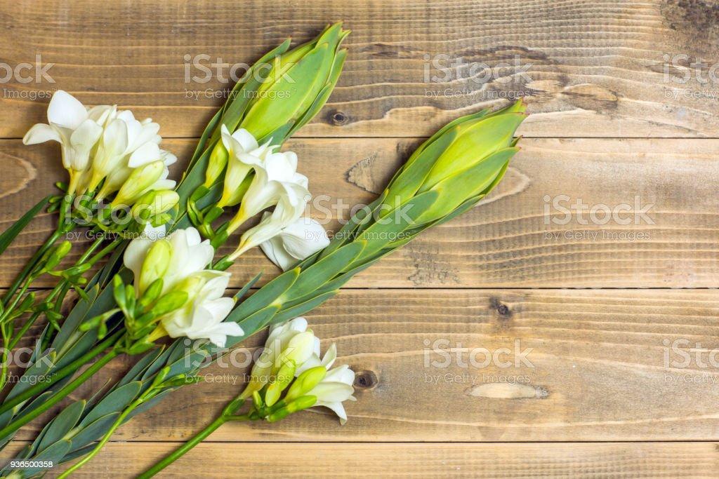 白色小蒼蘭花。木制木板上的花束。圖像檔