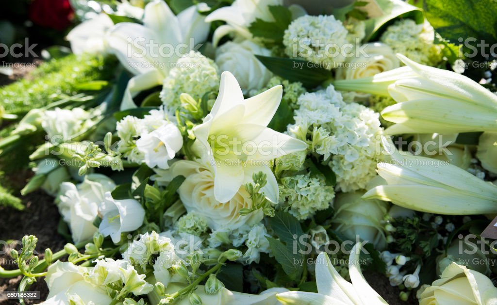 white funeral flowers – Foto