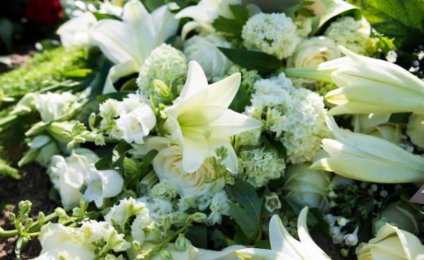 weißen Beerdigung Blumen – Foto