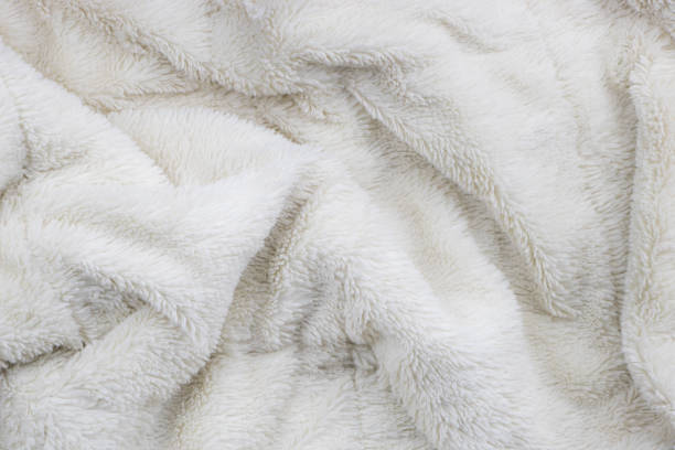beyaz kürk battaniye doku - kabarık stok fotoğraflar ve resimler