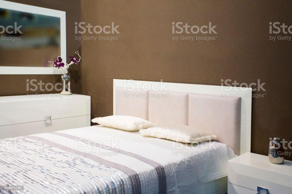 Weiße Möbel Schlafzimmer Set In Den Raum Mit Braunen Wand Stockfoto ...