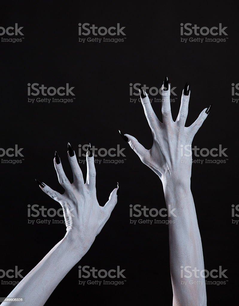 Blanco Ghost Manos Con Uñas Negras Nítidas Foto De Stock Y