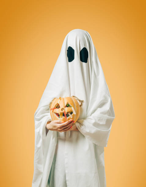 weißer geist mit halloween-trick-oder-behandeln kürbis-korb. - geist kostüm stock-fotos und bilder