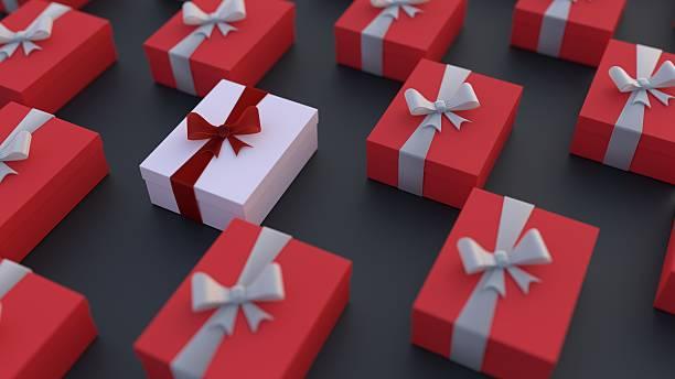 weiße geschenkbox, aus der rest - besondere geschenke stock-fotos und bilder