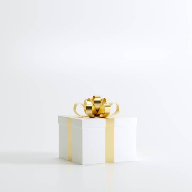 Weißen Geschenkbox mit Goldband auf weißem Hintergrund für Textfreiraum. Weihnachten minimal Konzeptidee. – Foto