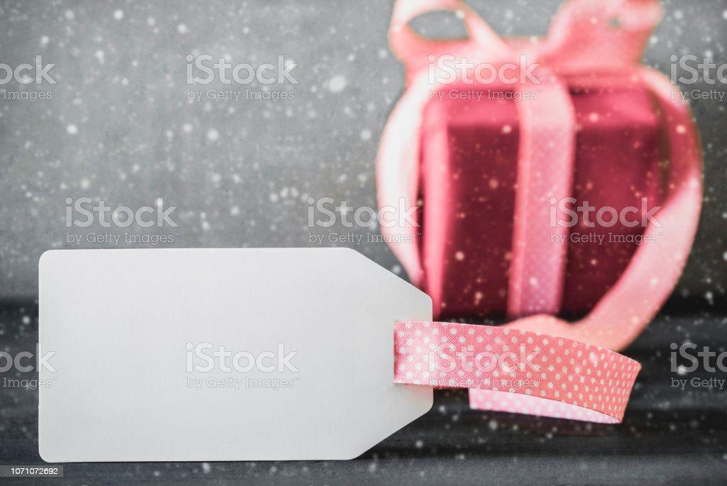Белые подарки, знак, каллиграфия Фрохе Weihnachten означает с Рождеством Христовым, снег - Стоковые фото Белый роялти-фри