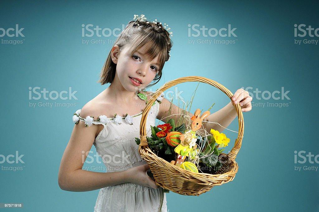Blanc fille montrant Panier de Pâques photo libre de droits