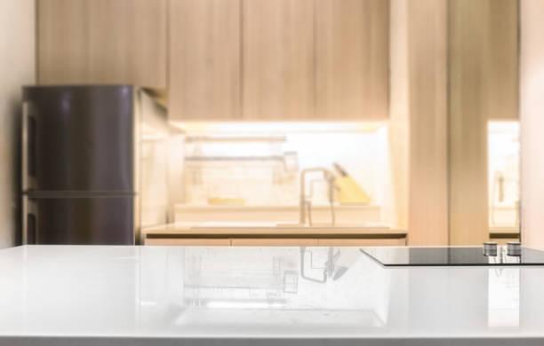 weiß glänzend Arbeitsplatte und auf Küche Zimmer Hintergrund Weichzeichnen – Foto